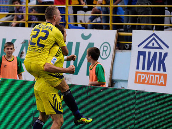 Dzsudzsák meghágja Alekszander Prudnyikovot annak Tomszk elleni gólja miatt (fotó: fc-anji.ru)