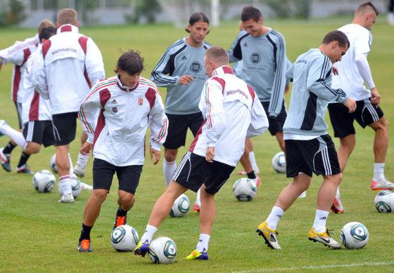 Korszerű futball: kis területen sok labdát adogatnak (fotó: fc-anji.ru?)